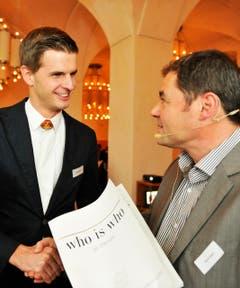 Nicolas Senn wird Thurgauer des Jahres. Redaktionsleiter David Angst gratuliert. (Bild: Donato Caspari)