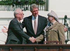 Am 13. September 1993 kam es zum historischen Handschlag zwischen dem israelischen Ministerpräsidenten Yitzhak Rabin und Palästinenserführer Yassir Arafat. In der Mitte der damalige US-Präsident Bill Clinton. (Bild: Keystone)