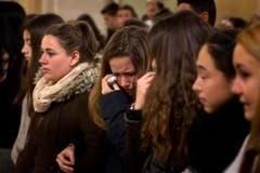 Junge Menschen weinen bei einer Messe nahe von Barcelona um Absturzopfer. (Bild: Keystone)