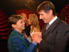 Die Schweizerin des Jahres 2004, Lotti Latrous, zusammen mit dem Sänger, der ihr herzlich gratulierte. (Bild: Keystone)