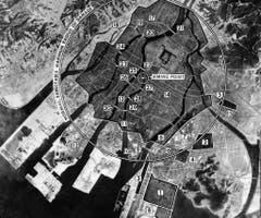 Mit diesem Bilderdiagramm wurde der Angriff vom 6. August auf Hiroshima geplant. Wichtig für die US-Armee waren folgende Gebäude: 1) Armeetransport-Basis, 2) Nachschubdepot, 3) Nahrungsdepot, 4) Kleiderdepot, 5) Eisenbahnstation, 6) Unbekanntes Industriegebäude, 7) Textil-Anlage, 8) Textilmühle, 9) Textil-Mühle, 10) Stromwerk, 11) Unbekannt, 12) Stromwerk, 13) Stromgenerator, 14) Telefongesellschaft, 15) Gaswerk, 16) Bahnhof, 17) Bahnhof, 18-30) Brücken. (Bild: Keystone)