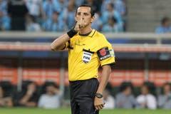 Schiedsrichter Antonio Arias bei einer Schweigeminute vor dem Spiel zwischen Brasiliens Gremio und Venezuelas Caracas in der Copa Libertadores. (Bild: Keystone)