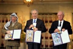 Dieses Bild zeigt die Friedensnobelpreisträger Yassir Arafat, Schimon Peres und Yitzhak Rabin, von links. (Bild: Keystone)