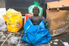 Diese Buddah-Figur hat ausgedient und steht beim Recycling-Abfallcontainer im St.Fiden Quartier in St.Gallen. (22.01.2017) (Bild: Urs Bucher)