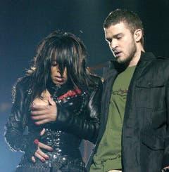 """Platz 7: Janet Jackson und Justin Timberlake. Was die Beiden 2004 gesungen haben, weiss niemand mehr. Gut soll es aber gewesen sein - bis Jacksons Busen aus dem Lederkorsett hüpfte. """"Nipplegate"""" war geboren. (Bild: RHONA WISE (EPA))"""
