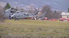 Auch Armeehelikopter kommen bei der Suche nach den Absturzopfern zum Einsatz. (Bild: Keystone)