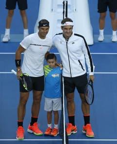 epa05758305 Rafael Nadal of Spain (L) and Roger Federer of Switzerland (R) pose with a ball boy at the beginning of their Men's Singles Final match at the Australian Open Grand Slam tennis tournament in Melbourne, Victoria, Australia, 29 January 2017. EPA/Lynn Bo Bo (Bild: Keystone)