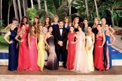 """Gruppenbild mit Damen: Rafael Beutl posiert mit den 20 """"Ladies"""". (Bild: 3+)"""