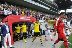 Dann geht's los. Die Mannschaften laufen ins Stadion ein. (Bild: Ralph Ribi)