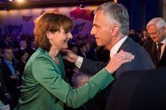 Und auch Ruth Metzler begrüsst Bundespräsident Didier Burkhalter. (Bild: Urs Bucher)