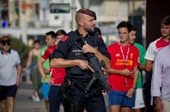Ein bewaffneter Polizist auf den Strassen des Ortes Cambrils. (Bild: EMILIO MORENATTI (AP))
