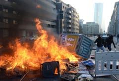 Demonstranten wollen die Eröffnungsfeier der EZB in Frankfurt verhindern. (Bild: Keystone)