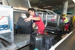 Blick in die Gepäcksortieranlage und zu den Mitarbeiter, die für den Transport von und zu den Maschinen verantwortlich sind. (Bild: Ralph Ribi)