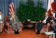 Der US-Präsident Bill Clinton und Otto Stich unterhalten sich am 16. Januar 1994 in Genf. (Bild: Keystone)