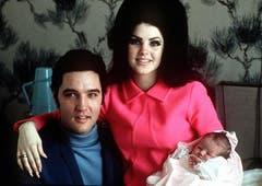 Elvis als Familienvater: Mit Ehefrau Priscilla und Tochter Lisa Marie (5. Februar 1968). (Bild: Keystone)