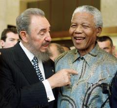 Staatschefs unter sich: Der kubanische Präsident Fidel Castro und Nelson Mandela (1998).) (Bild: Keystone)