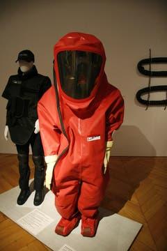 Chemikalienschutzanzug, Polyamid, gewebt, beidseitig mit Elastomer beschichtet. (Quelle: Textilmuseum) (Bild: Johannes Wey)