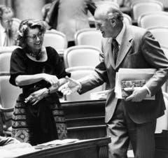 Lilian Uchtenhagen und Bundesrat Willi Ritschard begrüssen sich während der Herbstsession am 21. Oktober 1983 in Bern. Ritschard starb kurz darauf - Uchtenhagen wurde nicht als Nachfolgerin gewählt. (Bild: Keystone)