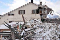 Schutt und eine stehen gebliebene Ruine. (Bild: EPA/Emiliano Grillotti)