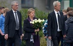 Bildungsministerin Sylvia Loehrmann aus Nordrheinwestfalen bringt weisse Rosen zum Gymnasium. (Bild: Keystone)