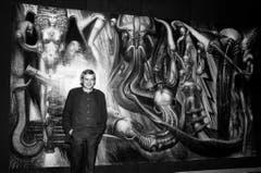 """H.R. Giger vor seinem Werk """"Environment"""". (Bild: Keystone)"""
