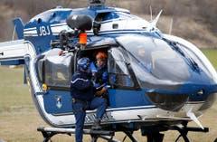 Französische Gendarmen besteigen einen Rettungshelikopter, der sie zur Absturzstelle bringen soll. (Bild: Keystone)