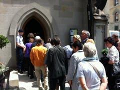 Kurz vor 13.30 Uhr betreten die ersten Trauergäste die Kirche. (Bild: Diana Bula)
