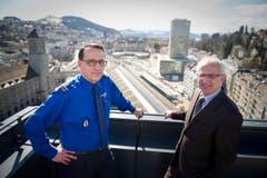 Ralph Hurni, neuer Kommandant der Stadtpolizei St.Gallen im Màrz 2013 zusammen mit Nino Cozzio auf dem Rathausdach mit Blick über die Stadt St.Gallen. (Bild: Urs Bucher/Archiv)