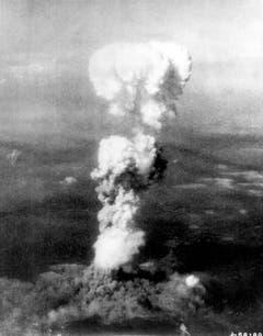 """Der Atompilz von """"Little Boy"""", der Bombe über Hiroshima, aufgenommen aus dem Begleitflugzeug der Enola Gay, das die Bombe abgeworfen hatte. (Bild: Keystone)"""