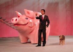 Kurt Felix und Hund Sheriff vor einem riesigen Sparschwein während einer Probe für die TV-Sendung «Supertreffer», aufgenommen 1987 in Flims. (Bild: Keystone)