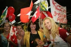 Linda Züblin posiert mit Fans am Flughafen Zürich. (Bild: SUSANN BASLER)