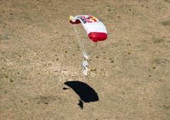 Der Schirm hat gehalten: Felix Baumgartner landet in der Wüste von New Mexico. (Bild: Keystone)