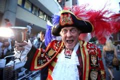 Der Stadtschreier Tony Appleton feiert vor dem St.Mary's Hospital in London die Ankunft des kleinen Prinzen. (Bild: Keystone)