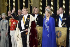 König Willem-Alexander streckt zur Vereidigung drei Finger in die Höhe. (Bild: Keystone)
