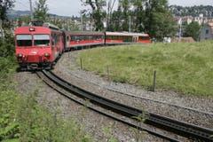 Eine Komposition der Appenzeller Bahnen (AB) durchfährt die Ruckhaldekurve. (Bild: Hannes Thalmann - 29. Juni 2007)