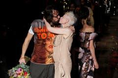 An der Fashion Week in Paris, am 7. März 2015, küsst Vivienne Westwood ihren österreichischen Ehemann Andreas Kronthaler. (Bild: Keystone)
