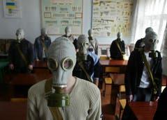 In Schulen nahe Tschernobyl werden noch heute Notfallübungen mit Gasmasken abgehalten. (Bild: Keystone)