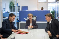Und erlebte Appenzeller Gastfreundschaft: Bruno Eisenhut (links) schneidet einen Biber an für Bundesrätin Sommaruga. Rechts im Bild: Redaktionsleiter Patrik Kobler. (Bild: Ralph Ribi)
