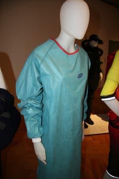 Einweg-OP-Mantel, mehrschichtiges, Flüssigkeitsabweisendes Flies. (Quelle: Textilmuseum) (Bild: Johannes Wey)