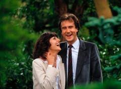 Kurt Felix und seine Verlobte, die Sängerin Paola del Medico, stehen am 11. September 1980 an der Dahlienschau in Unterengstringen. (Bild: Keystone)