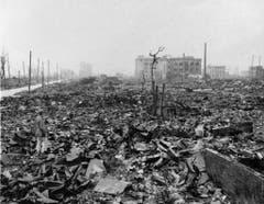 Nein, das sind keine Bäume, das sind geschmolzene Metallteile. Vor dem Abwurf galt Hiroshima als die am meisten industrialisierte Stadt Japans. (Bild: Keystone)