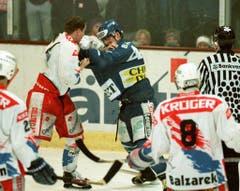 Boxkampf im Spiel zwischen Herisau und Ambri-Piotta. (Bild: Keystone)