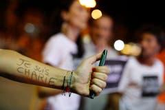 """In Rio de Janeiro hat sich eine Frau """"Je suis Charlie"""" auf den Arm geschrieben. (Bild: Keystone)"""