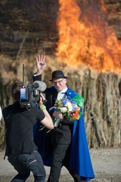 Der St.Galler Regierungspräsident Martin Gehrer winkt, nachdem er den Böögg angezündet hat. (Bild: Urs Jaudas)