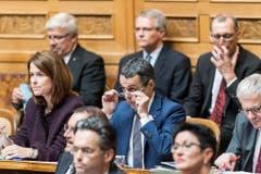 Bundesratskandidat Ignazio Cassis, FDP-TI, Mitte, reagiert neben FDP-Präsidentin Petra Gössi, FDP-SZ, links, nach der Ankündigung der Ergebnisse des ersten Wahlgangs, während der Ersatzwahl in den Bundesrat durch die Vereinigte Bundesversammlung. (Bild: Keystone)
