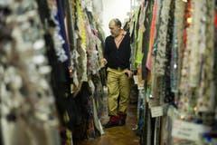 Auch die Firma Jakob Schlaepfer AG hat schon hohen Besuch empfangen. 2012 war der französische Modeschöpfer Christian Lacroix in St.Gallen. (Bild: Michel Canonica)