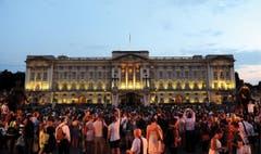 Vor dem Buckingham Palace wird gefeiert. (Bild: Keystone)