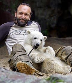 Knut und Dörflein im Mai 2007. Der Eisbär war hier gerade einmal halbjährig. (Bild: Keystone)