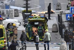 At least three killed after truck crashes into department store in central Stockholm (Bild: Keystone)