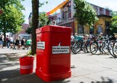 Eine neue Mülltonne wurde vor der Roten Flora die Straße aufgestellt. (Bild: KEYSTONE/DPA/A4867/_Christophe Gateau)